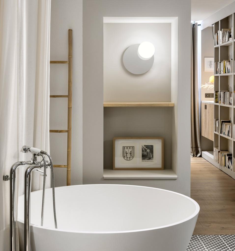 Foto de Aplique de pared con espejo redondo pequeño Circ en Gris Fumé de ambiente en un baño. Estiluz
