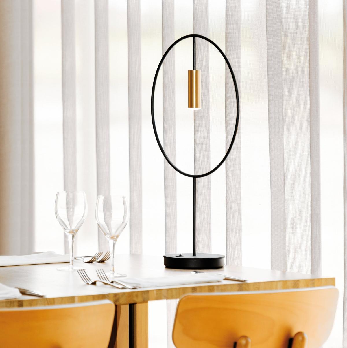 Foto de Lámpara de sobremesa Revolta en oro de ambiente. Estiluz