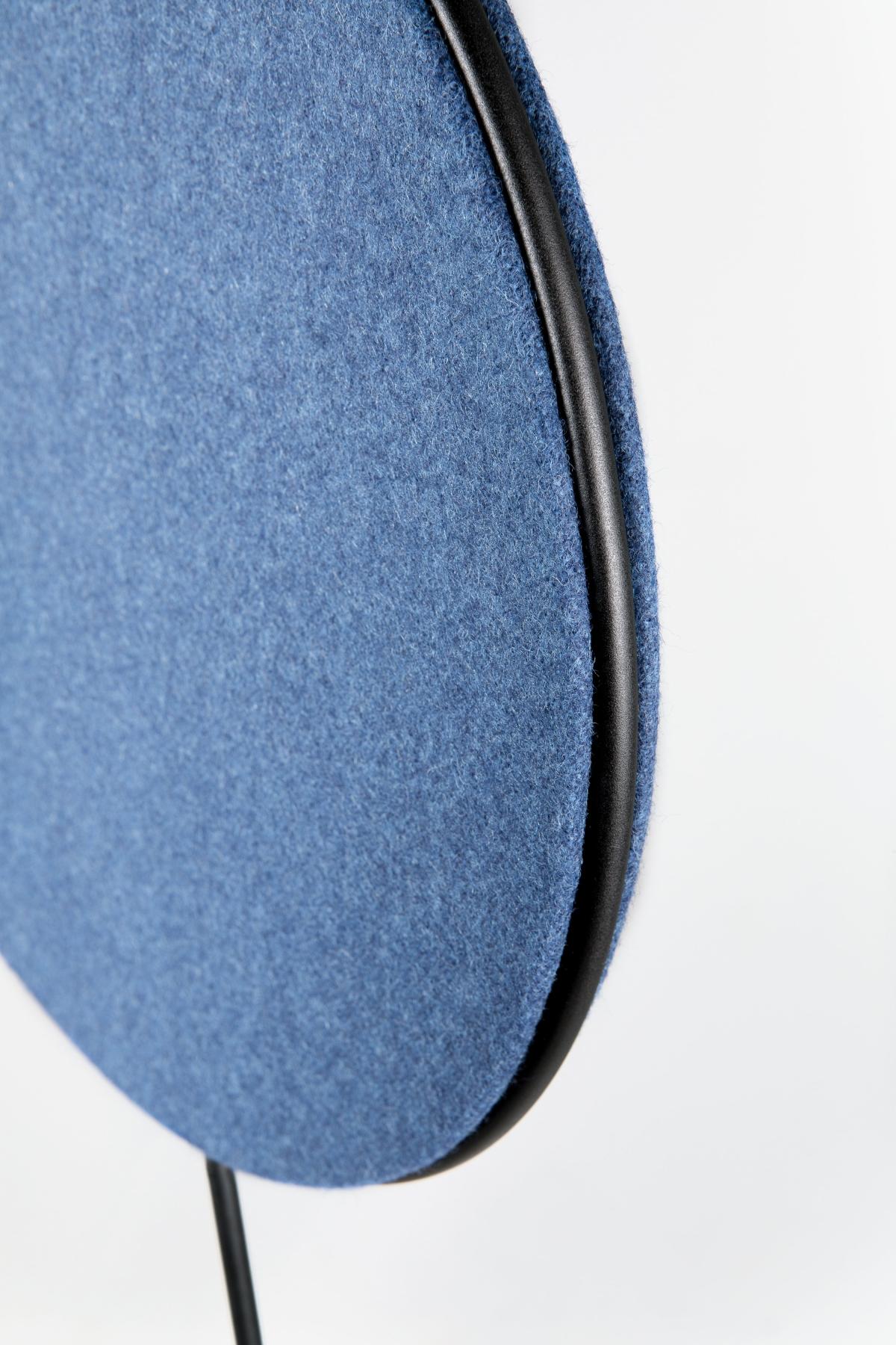 Foto de Lámpara de techo una luz con panel acústico Revolta en Azul de ambiente. Estiluz