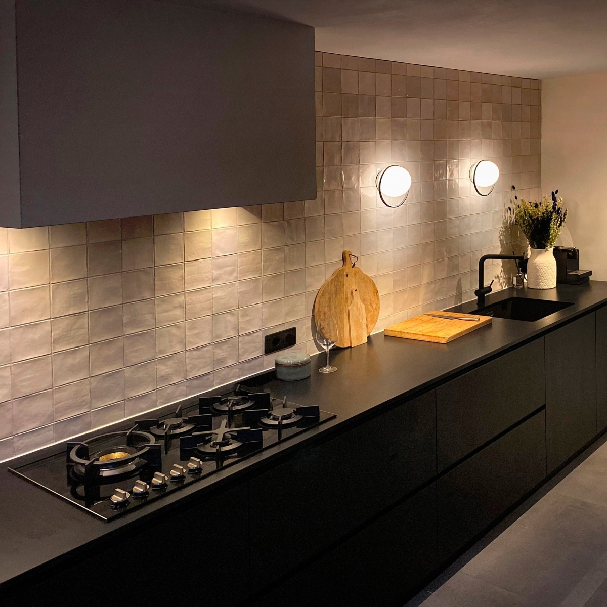 Foto de Aplique de pared redondo Circ de Interior en Negro en una cocina. Estiluz