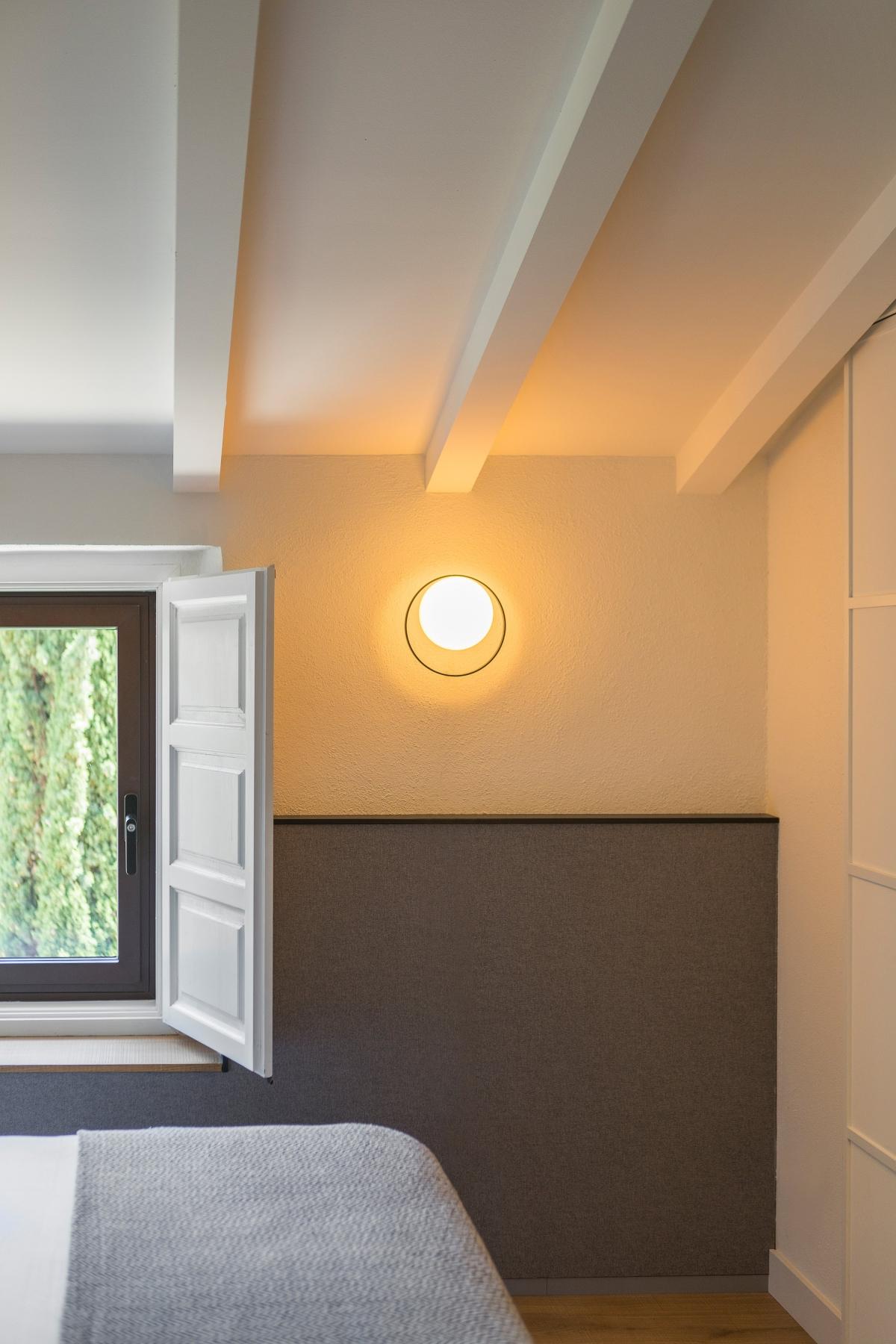 Foto de Aplique de pared redondo Circ de Interior en Negro de ambiente en una habitación.Estiluz