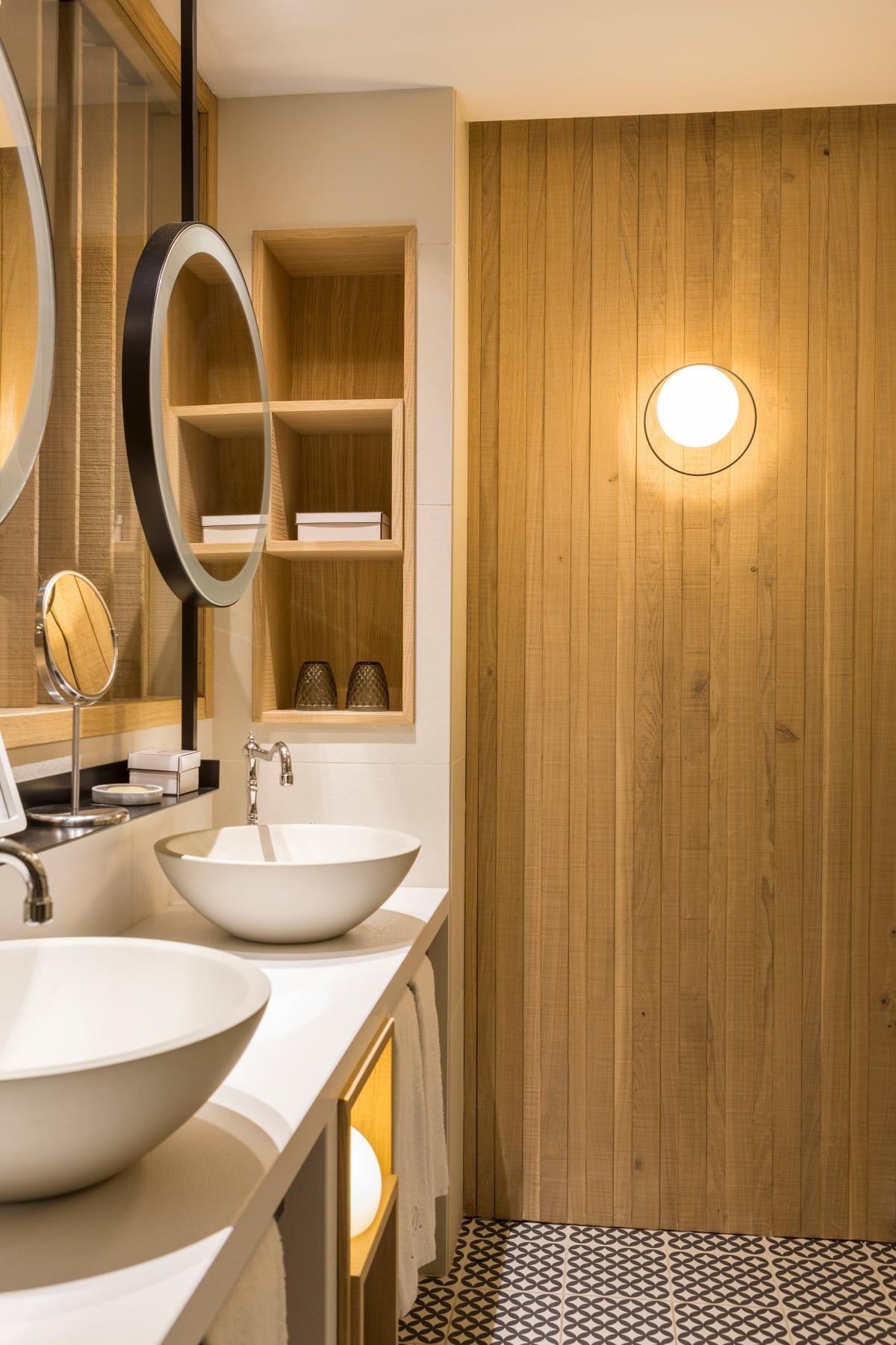 Foto de Aplique de pared redondo Circ de Interior en Negro en un baño. Estiluz